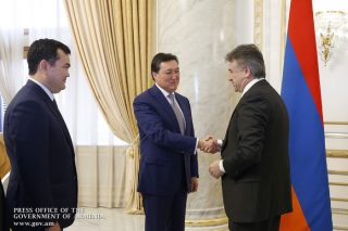 Prime Minister Karen Karapetyan received a delegation headed by First Deputy Prime Minister of Kazakhstan Askar Mamin.
