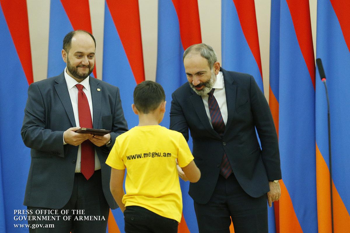 Նոր Հայաստանում ձեզնից յուրաքանչյուրի հաջողությունը կախված չէ ուրիշներից․ Փաշինյանը՝ Կենգուրու-2018 և Մեղու-2017 մրցույթների հաղթողներին