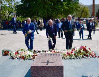 Ստեփանակերտի հուշահամալիրում Հայաստանի և Արցախի նախագահները հարգանքի տուրք են մատուցել հերոսների հիշատակին