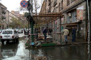 Ապամոնտաժվում է Խորենացու փողոցի ինքնակամ կառուցված տաղավարը