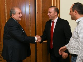 Նախագահ Սարգսյանն ընդունել է ՊՆ ռազմարդյունաբերության պետական կոմիտեի նախագահին և Chessify ընկերության տնօրենին