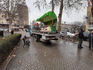 Ապամոնտաժվել են եկեղեցու դիմացի ծաղկի տաղավարն ու նախկին Փակ շուկայի ճակատային մասի մետաղյա հովանոցները