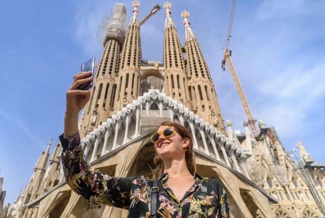 Իսպանիան ընդունում է առաջին զբոսաշրջիկներին