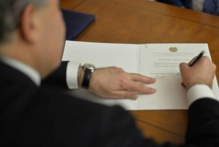 Նախագահը ստորագրել է մի խումբ զինվորականների նոր կոչումներ շնորհելու և հետմահու Հայրենիքի շքանշանով պարգևատրելու հրամանագրեր
