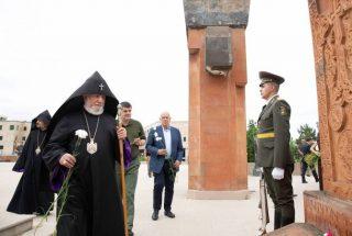 Ամենայն Հայոց կաթողիկոսը Ստեփանակերտում այցելել է եղբայրական գերեզմանոց, աղոթել նահատակվածների հոգիների հանգստության համար
