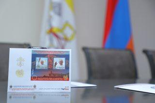 ՀայՓոստ. Երկու նամականիշով նոր գեղաթերթիկ «Հռոմի քահանայապետերի առաքելական այցերը Հայաստան