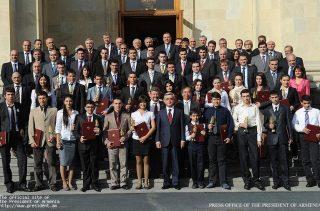 Серж Саргсян принял удостоенных премий Президента РА в сфере информационных технологий студентов и учеников