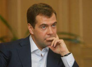 Медведев: Долю нефтегазовых доходов бюджета РФ следует снизить до 25%
