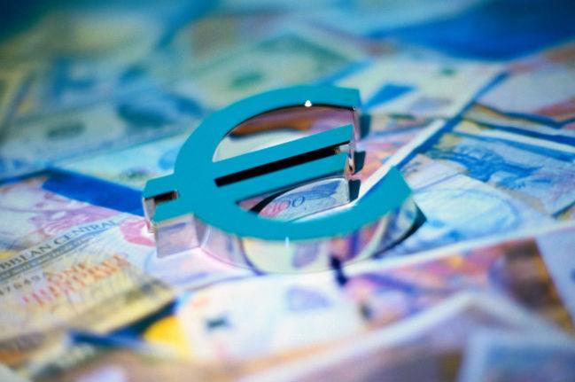 Совет ЕС заморозил зарплаты и пенсии чиновников Евросоюза