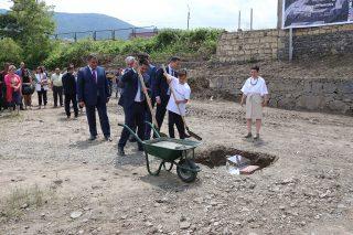 Ucom. Серж Саргсян принял участие в церемонии закладки фундамента центра Тумо Кохб и посетил инженерную лабораторию «Армат» в деревенской школе