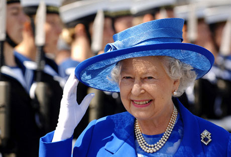 Елизавета II вручила создателям Интернета премию