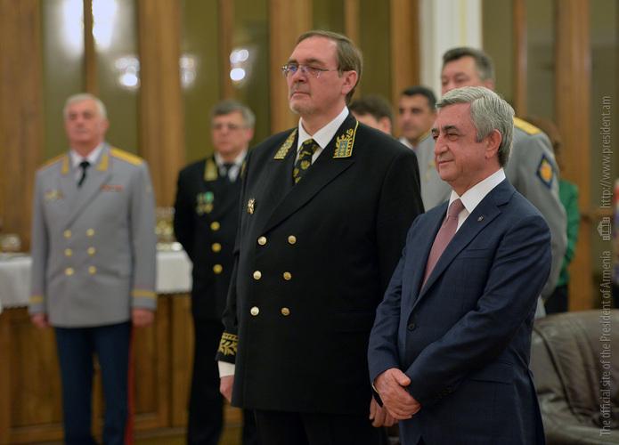 Президент Серж Саргсян поздравил высшее руководство РФ и посетил посольство России в РА