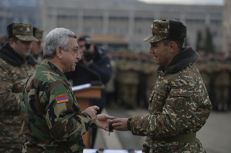 Սերժ Սարգսյանը Ստեփանակերտում խրախուսել է ՊԲ լավագույն մի խումբ զինծառայողների և ազատամարտիկների