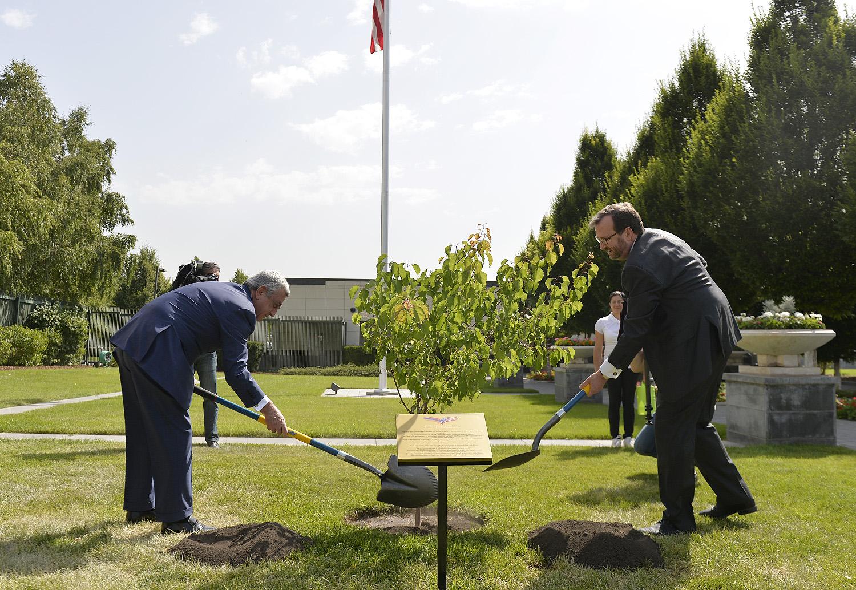 Նախագահ Սերժ Սարգսյանն այցելել է ԱՄՆ դեսպանատուն