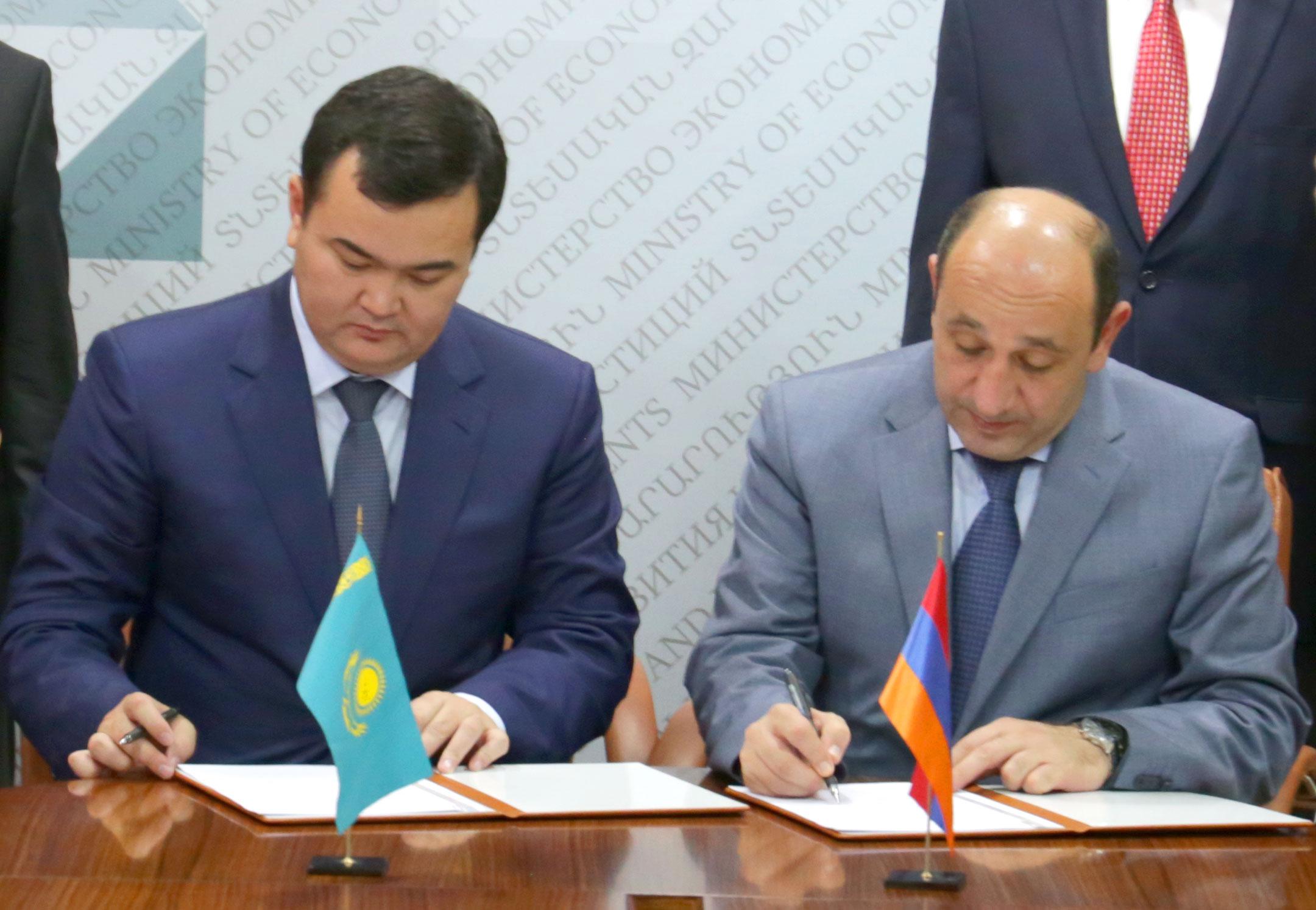 Սուրեն Կարայանը և Ժենիս Կասիմբեկը ստորագրել են հայ-ղազախական միջկառավարական հանձնաժողովի նիստի արձանագրությունը