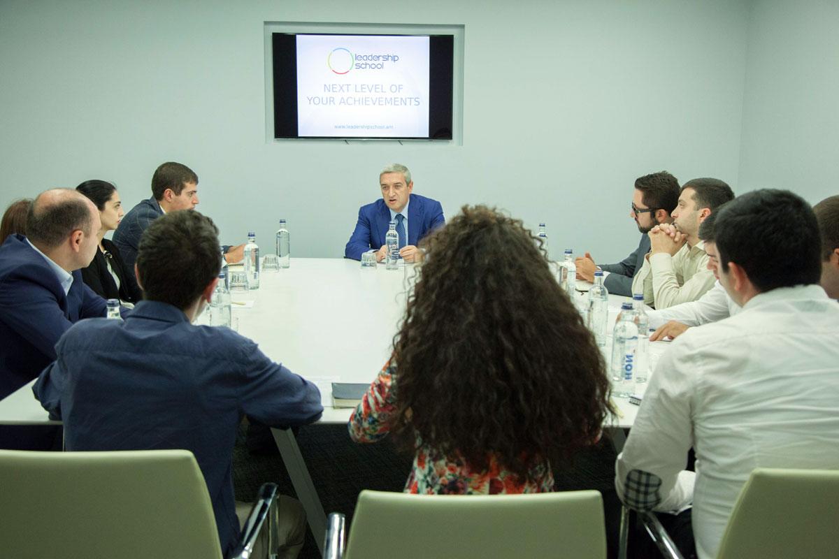 Վահան Մարտիրոսյանը հանդիպել է Առաջնորդության դպրոցի ուսանողներին