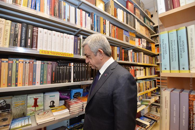 Սերժ Սարգսյանը գիրք նվիրելու օրվա կապակցությամբ այցելել է «Բուկինիստ» գրախանութ