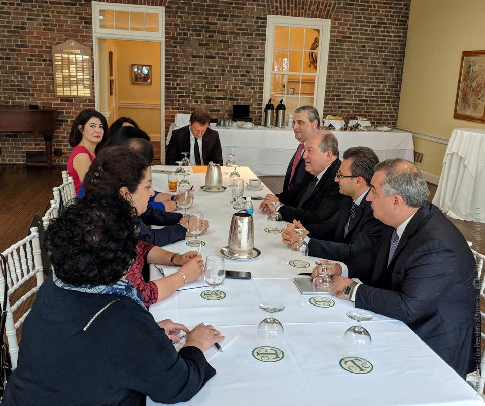 Արմեն Սարգսյանը հանդիպում է ունեցել ՀԲ-ի և ԱՄՀ-ի հայազգի աշխատակիցների հետ