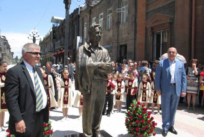 Գյումրիում տեղադրվեց ամերիկահայ բարերար Քըրք Քըրքորյանի հուշարձանը