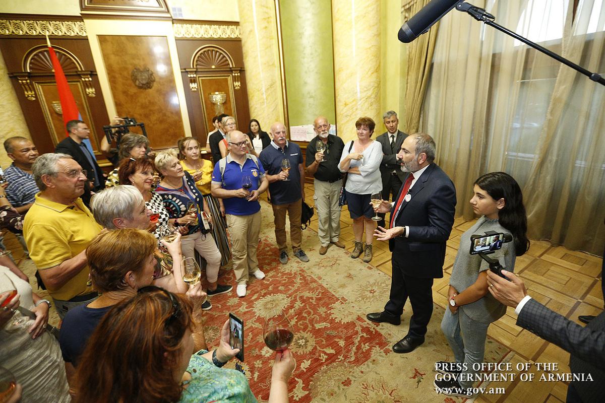 Վարչապետը որպես զբոսավար օտարերկրացի զբոսաշրջիկներին ներկայացրել է մայրաքաղաք Երևանը. տեսանյութ