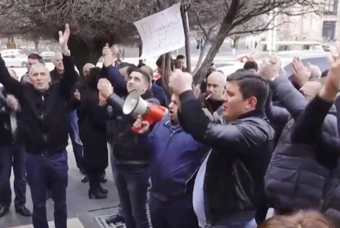 Գրավատների և փոխանակման կետերի աշխատակիցները բողոքի ակցիա են անցկացնում կառավարության շենքի մոտ